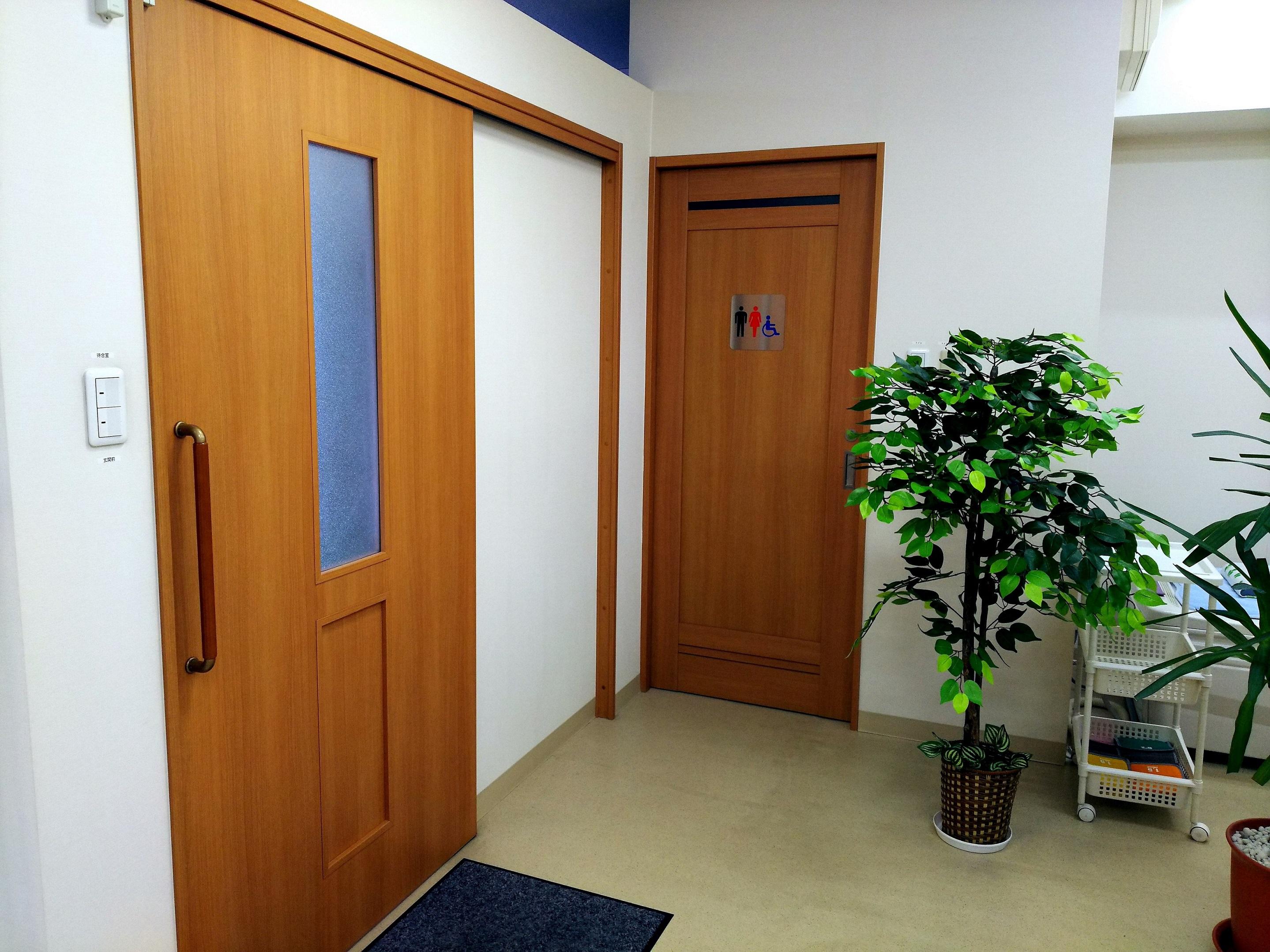 風除室扉とトイレ入口