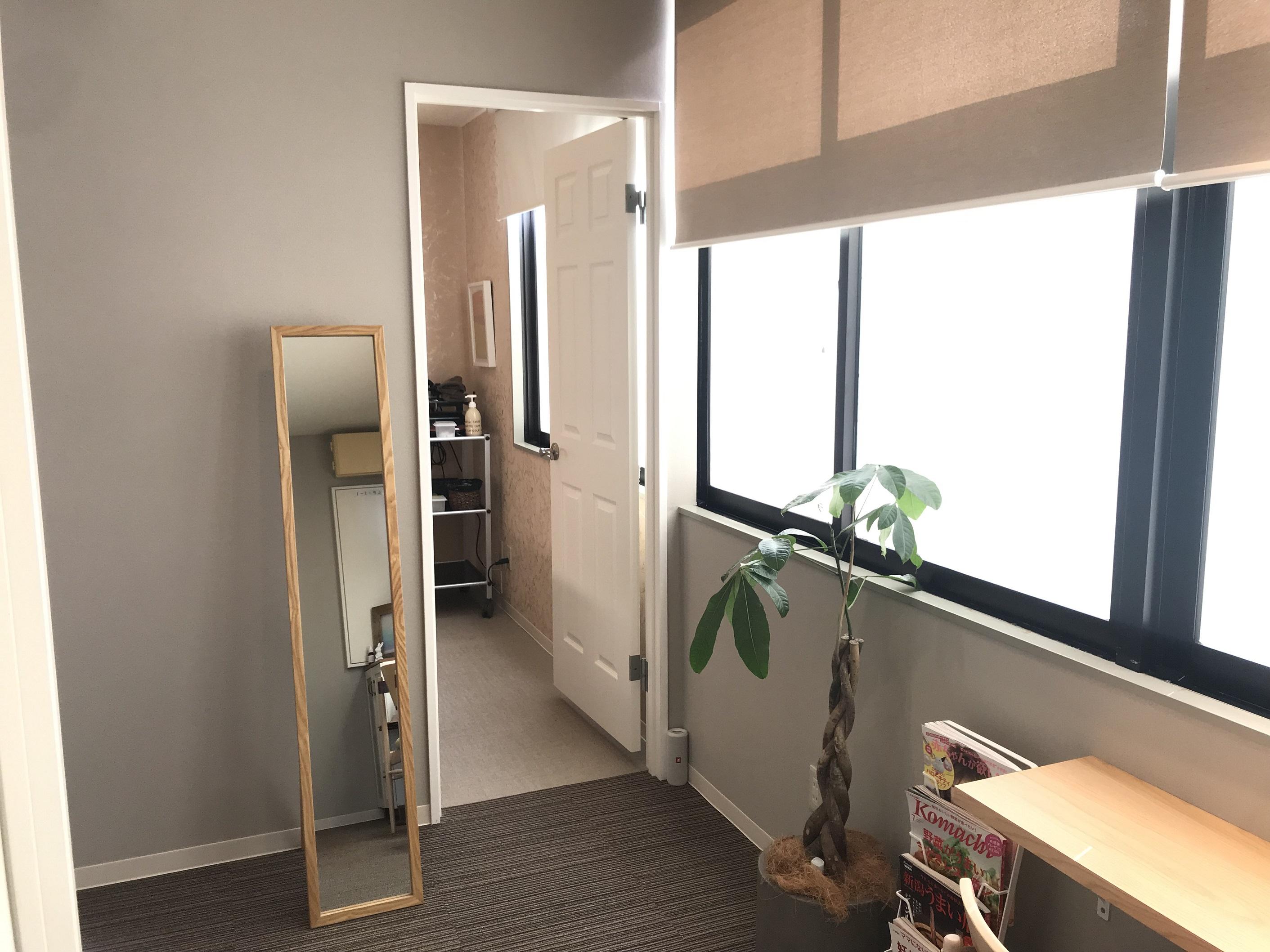 落ち着いた個室、待合スペースです。