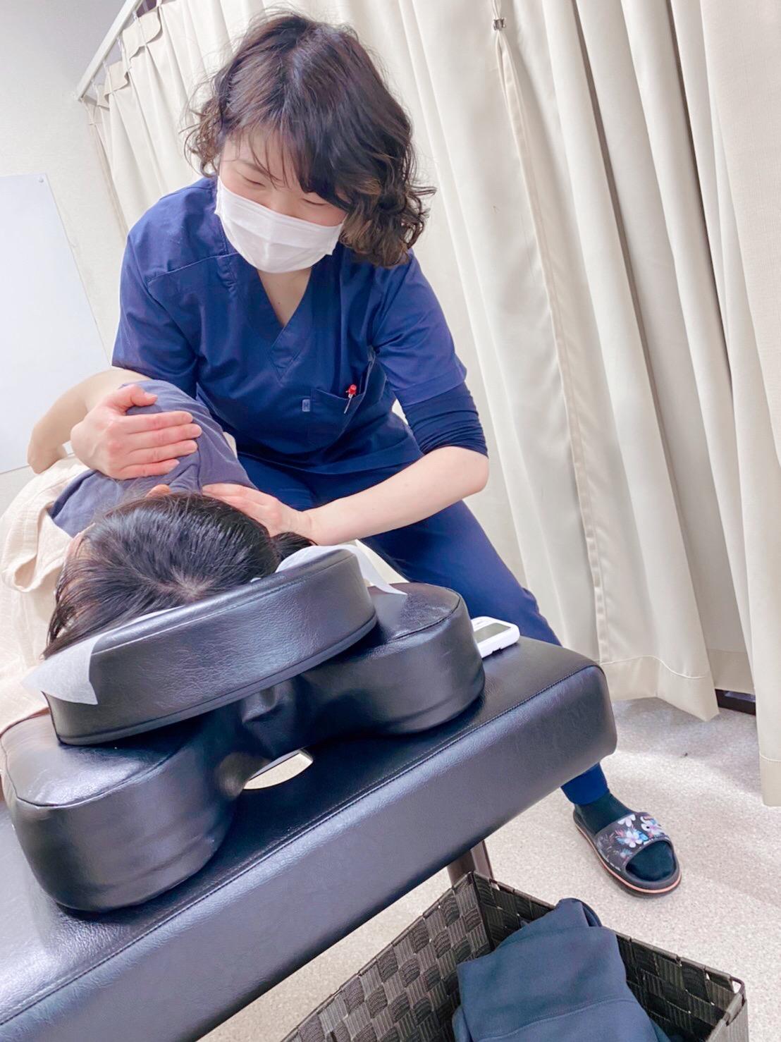 優しい女性施術者