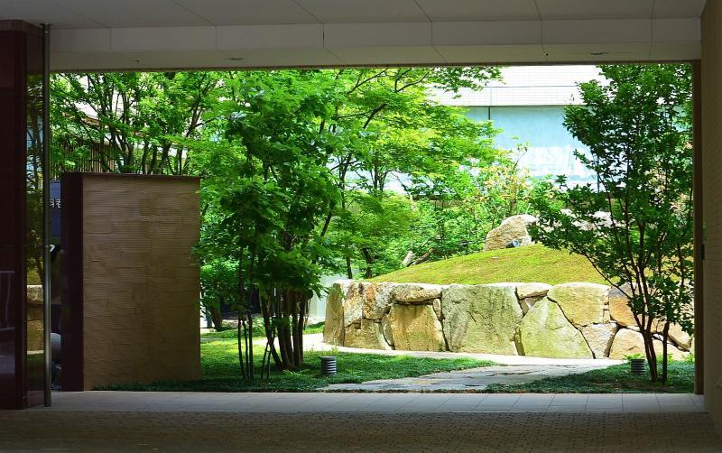 絵画のような中庭