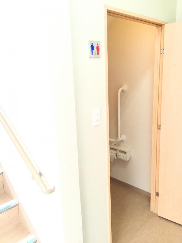 階段横の共有トイレ