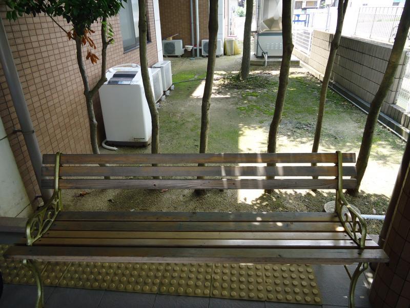 施設入口前のベンチ