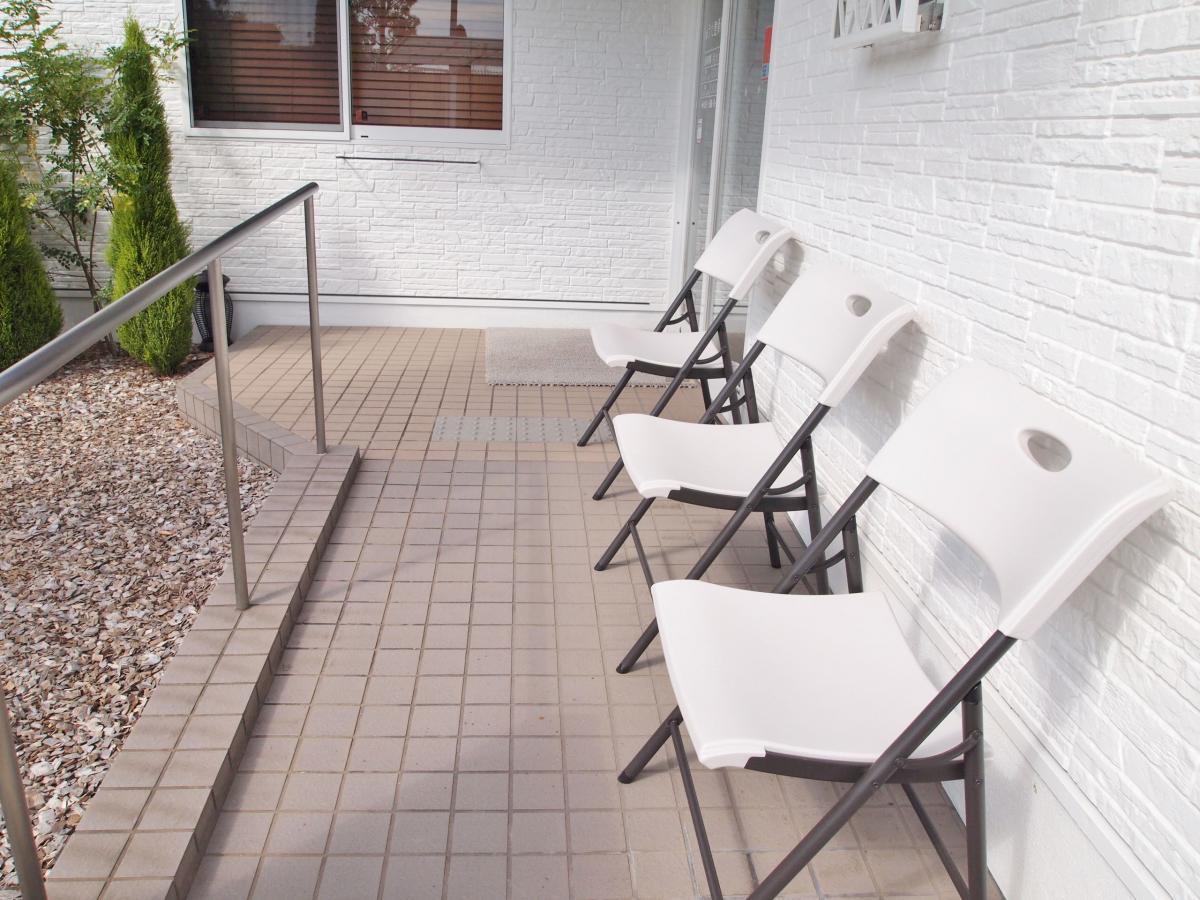 正面出入口横の椅子